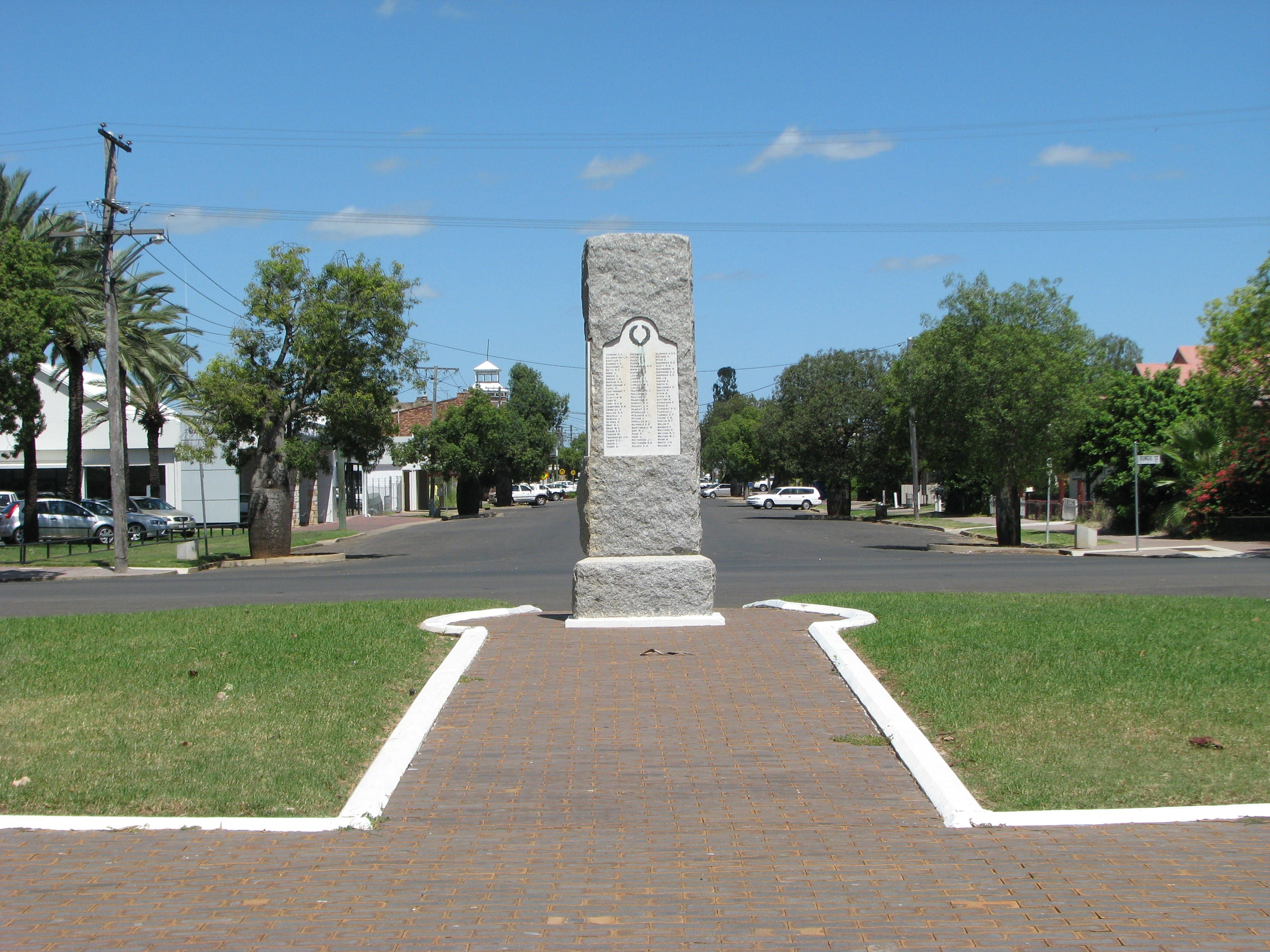 War Memorial and Heroes Avenue Roma - Accommodation Fremantle